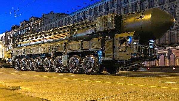 俄阅兵夜间彩排核巨兽招摇过市