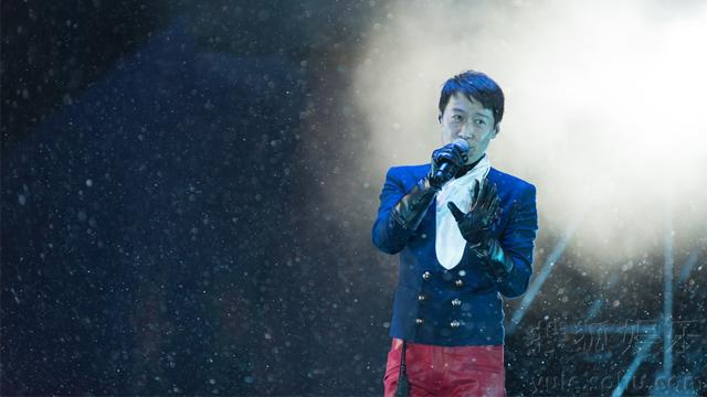 黎明4D演唱会不受影响正式开唱 现场载歌载舞