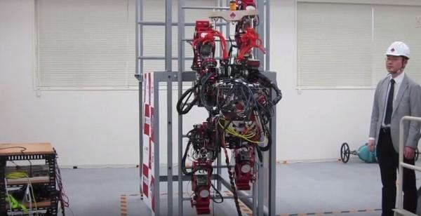 就差上天了!机器人都能爬梯子了