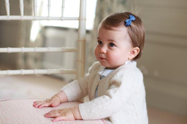 英国夏洛特小公主将满周岁 皇室公开其萌照