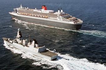 英军卫士号新驱舰护卫豪华游轮