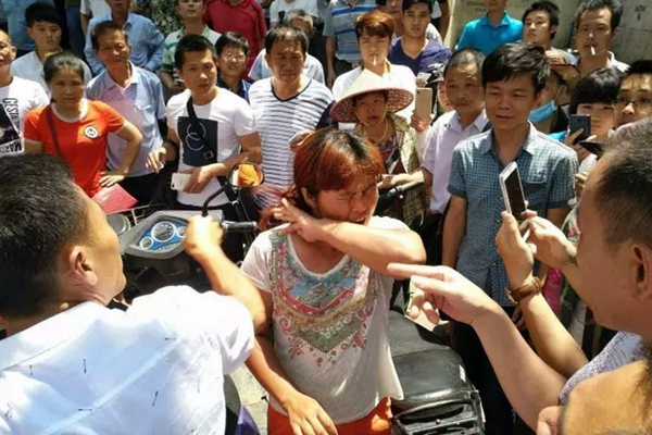 女子疑似当街抢小孩被民众围住 高喊:打死她