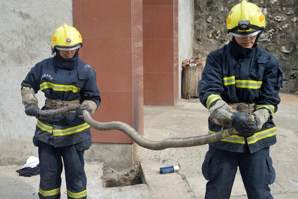 四川消防官兵捕捉眼镜蛇 长3.4米重4.2公斤