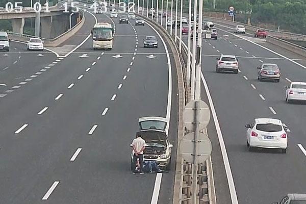 大桥上车辆突发故障 司机躺超车道上修车