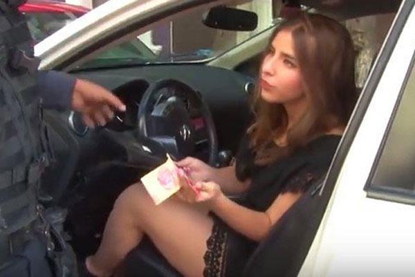 女子酒驾连撞3车欲色诱警察 被架上警车