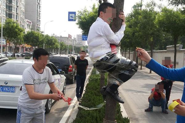 山东淄博奇葩婚俗 新郎被绑大树屁股上放鞭炮