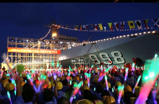 南沙岛礁停靠一艘万吨级战舰