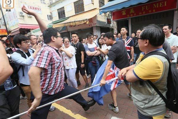 """香港""""反水客""""成员持港英旗遭路人抢夺"""