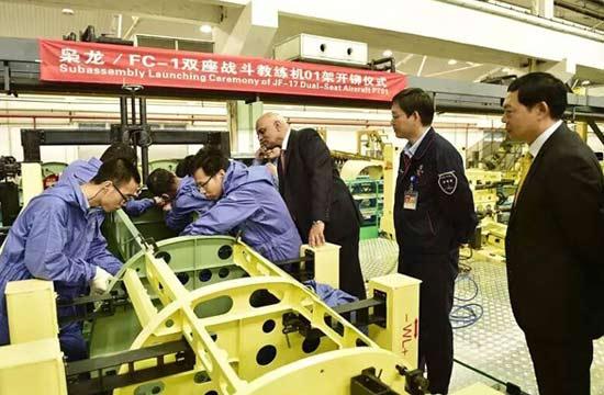 中国首架双座版枭龙战机开铆