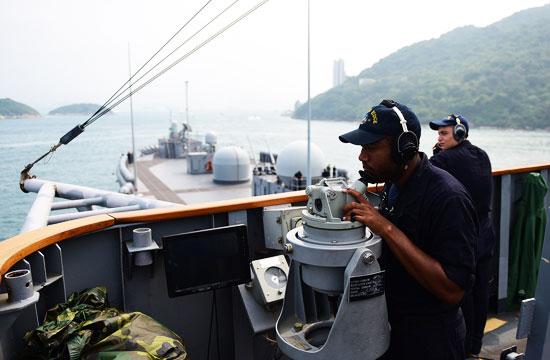 美国海军指挥舰开进香港休整