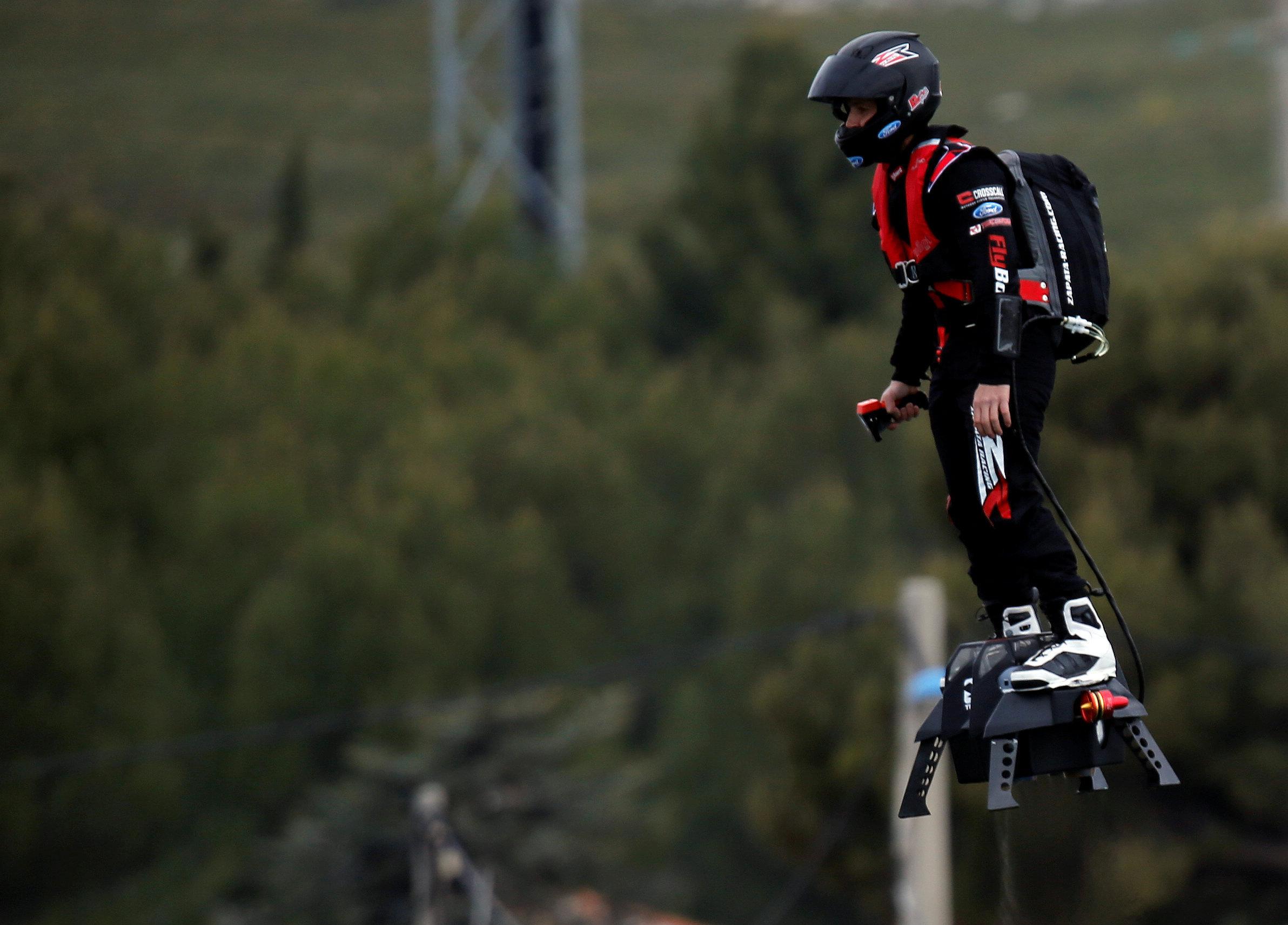 法国男子脚踩悬浮滑板飞行2252米 打破世界纪录