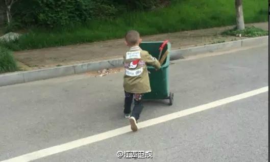 """江西一可爱的6岁男孩帮妈妈做""""环卫"""""""