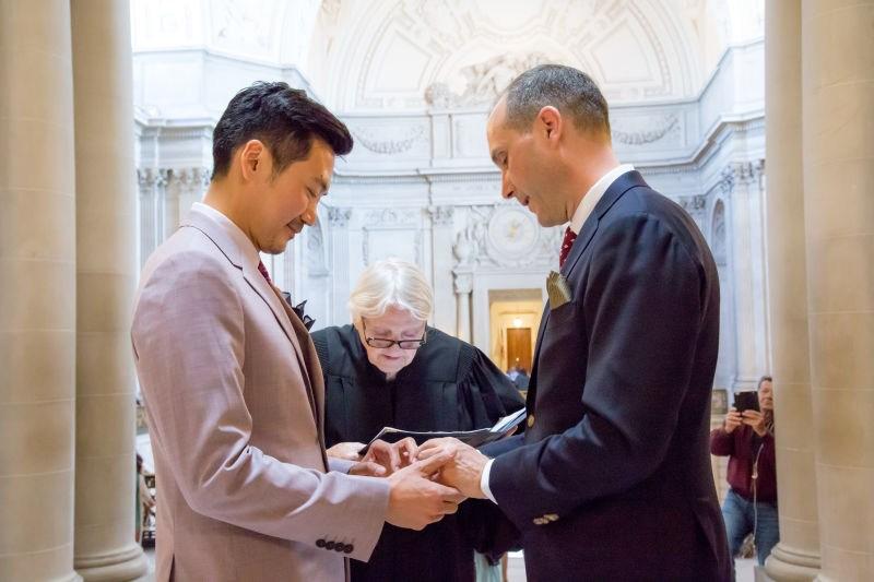 美驻上海男总领事与中国男子喜结良缘
