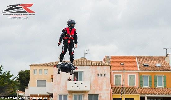 地上30米时速55 男子乘悬浮滑板飞2252米破纪录