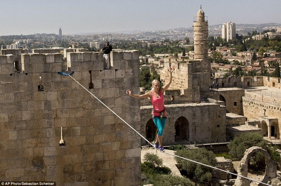 女子在耶路撒冷35米高空绳索劈叉倒挂