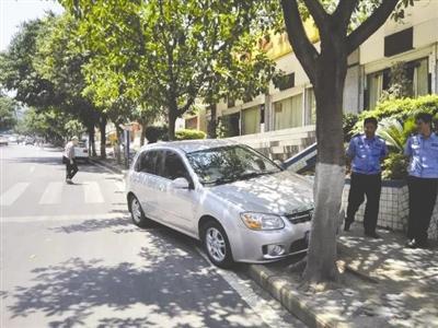 """女子未拉手刹轿车漂移百米 报警称""""车不见了"""""""