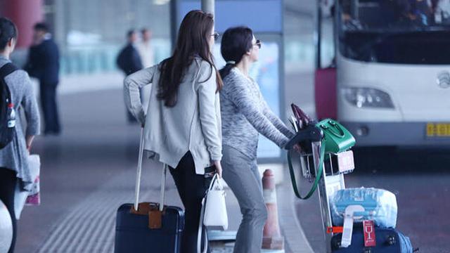 刘亦菲与妈妈现身机场 穿爆款衣服仍自带仙气