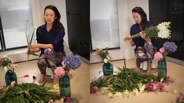 辣妈章子怡成了贤惠女子 赤脚插花怡然自得