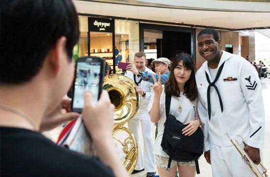 香港市民与访港美军士兵合影