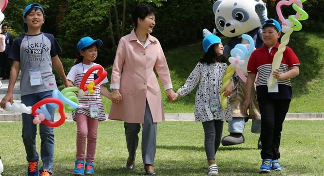 韩国青瓦台举行活动庆祝儿童节 朴槿惠与萌娃互动超有爱