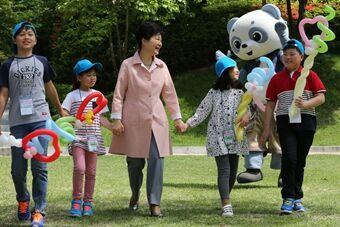 韩庆祝儿童节 朴槿惠与萌娃互动超有爱