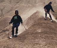 外国滑雪者探索新玩法 赴伊朗挑战滑沙下山