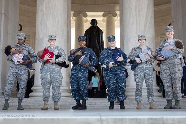美数名女军人拍公开哺乳照呼吁消除歧视