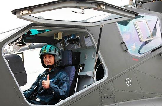 陆航直10女飞行员首次曝光