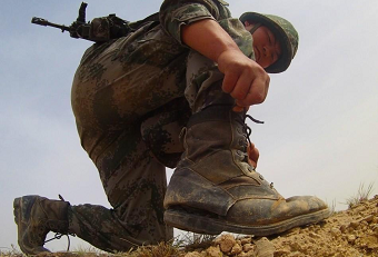 解放军高强度训练军靴磨烂