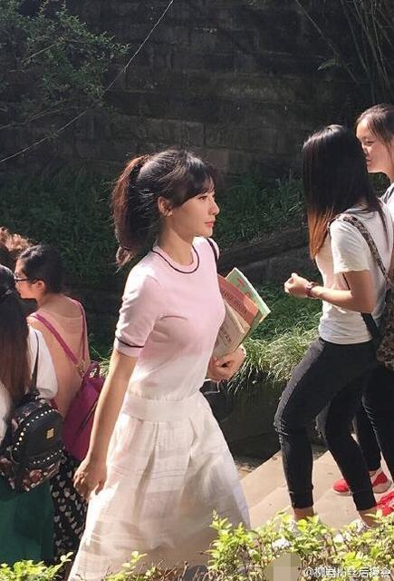 柳岩扮学生妹现身校园 与岳云鹏手牵手拍戏