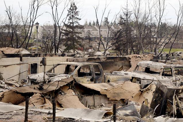 加拿大山火后房屋车辆被毁触目惊心