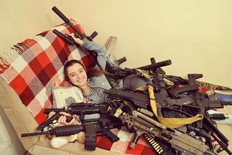 睡在枪堆里的俄罗斯美女军迷