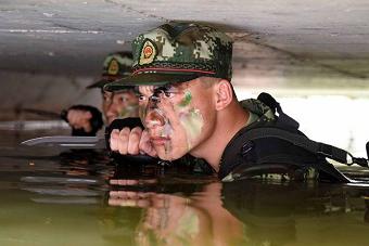 """武警官兵锤炼""""水中蛟龙"""""""