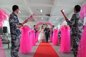 组图:别具一格的军营婚礼
