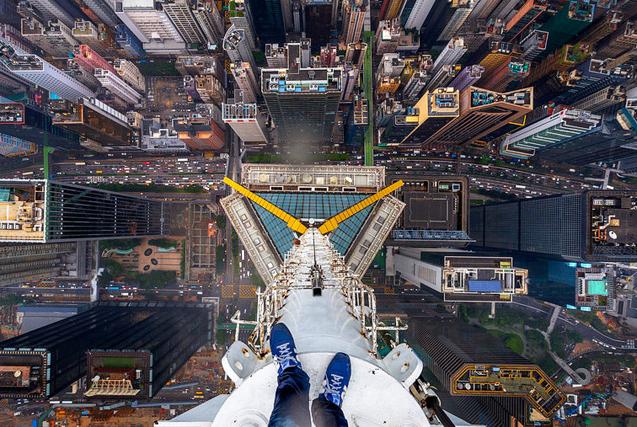 德小伙徒手攀爬香港摩天大楼俯瞰全景