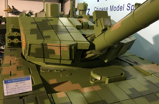 近距欣赏99式坦克大型金属模型