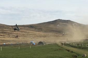 英军直升机一来 把简易厕所吹飞了