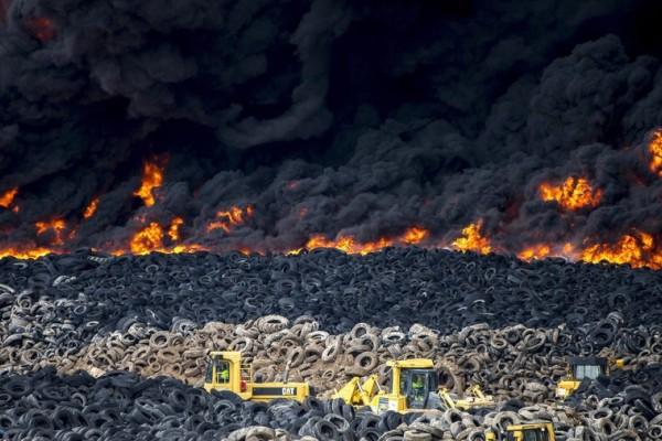西班牙百万废弃轮胎起火 现场浓烟冲入云霄