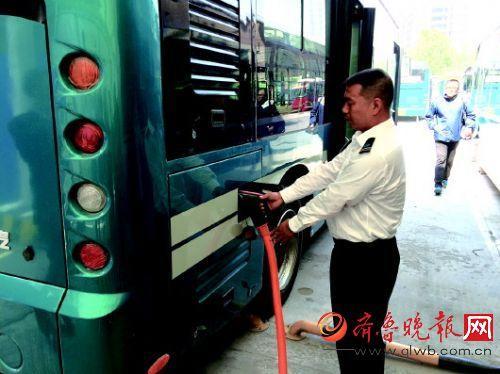 纯电动公交车上岗前先路考 充满电各路段测一测