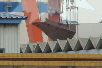 国产航母舰艏滑跃分段开始吊装