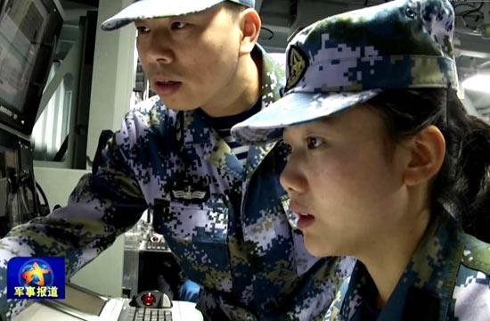 女兵现身052D舰情报指挥中心