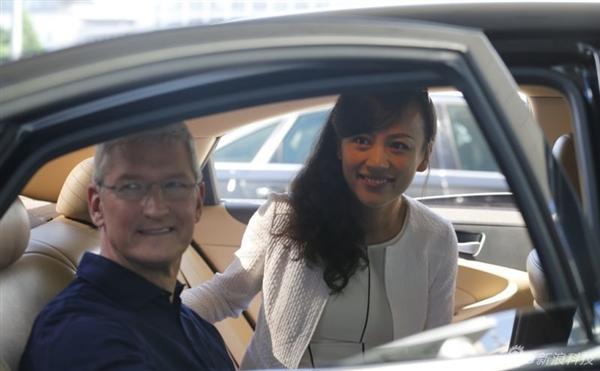 库克今天来中国乘坐滴滴出租车 美女总裁一路陪同