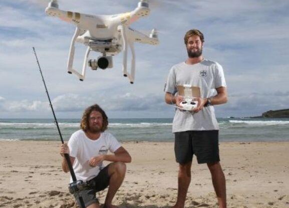 """高科技""""渔民乐""""!澳3男子利用无人机钓大鱼"""