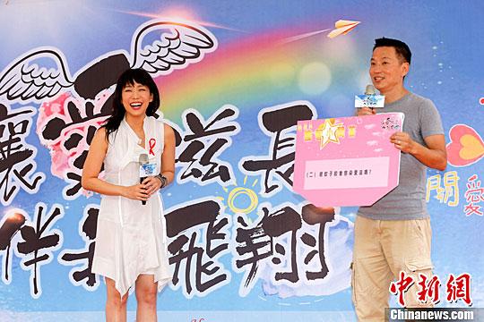 """莱芜论坛:  5月14日,林忆莲出席在台北举行的""""让爱滋长、伴我飞翔""""活动,呼吁民众关怀艾滋病患者。中新社记者 陈小愿 摄"""