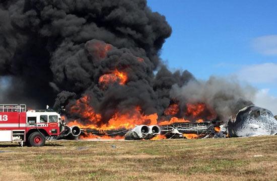 美军B52轰炸机起飞不久后坠毁