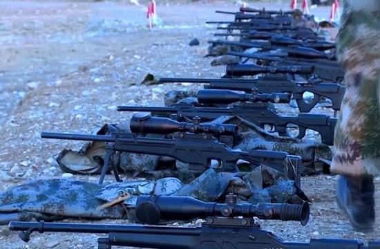 解放军集训高精尖狙击枪摆一堆