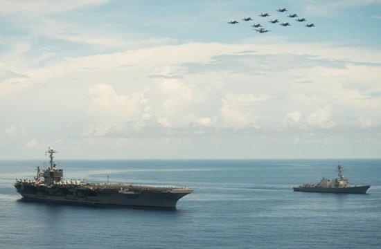 美军航母在南海秀舰载机编队