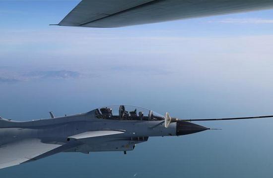 北部战区空军歼10练空中加油
