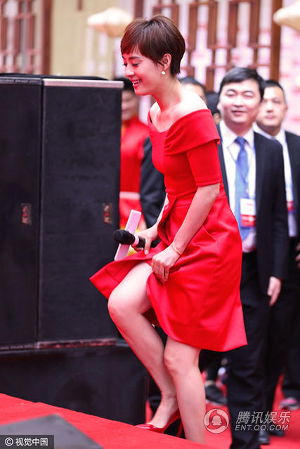 孙俪一身红装展现好气色 紧捂裙摆防走光