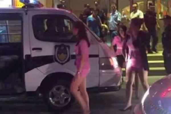 郑州警方夜查涉黄会所 带走多名女子